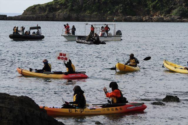 ▲カヌーで海上から静かに抗議する市民たち。