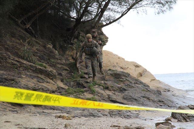▲現場を出入りする米兵たち。沖縄県警が彼らを引き止めたり、身分を確認したりすることはない。
