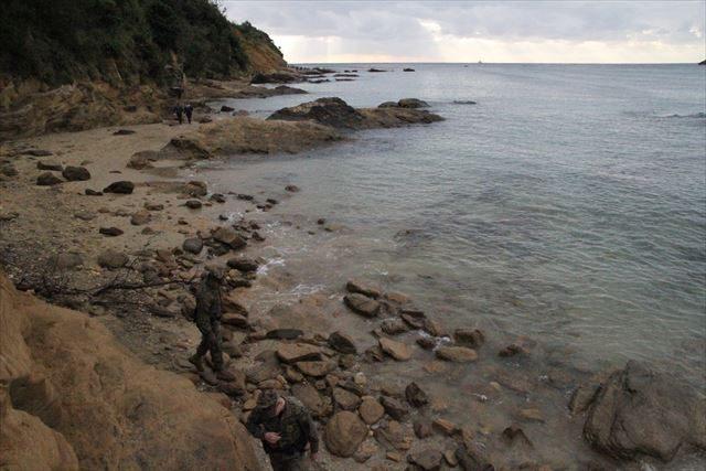 ▲一般向けの規制線から奥に進む。潮が満ちていたため、足場の悪い崖を越えるようにして事故現場付近に近づいてゆく。