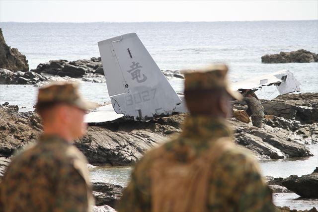 ▲米軍の管理下に置かれた事故現場。岩場に打ち上げられたオスプレイの尾翼