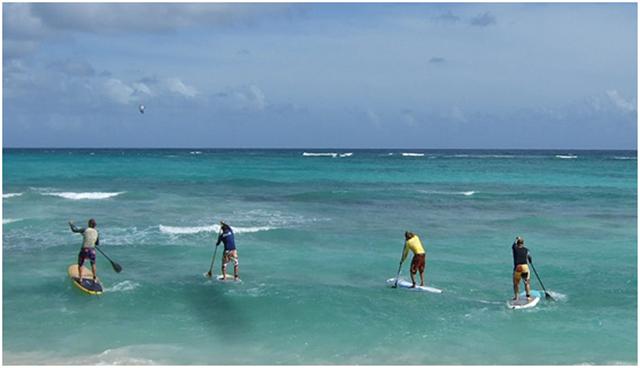 ▲スタンドアップパドル=ボードの上に立ってパドルで漕ぐマリンスポーツ(写真はwikimedia commonsより)。