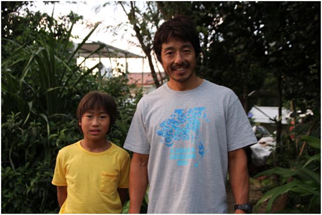 ▲この日も安部浜でトレーニングをしていた荒木汰久治さんと珠里くん。珠里くんは「サップの世界チャンピオンになる」と意気込んだ。