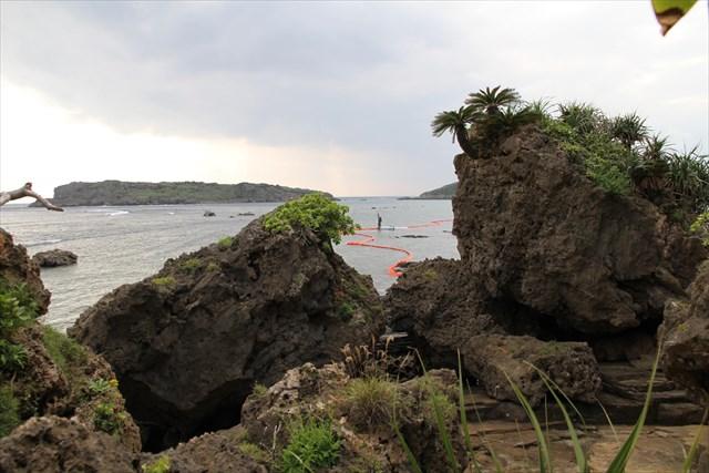 ▲南側から回り込むと、岩でできた険しい崖に行く手を阻まれる。足場を確認しながらひとつひとつの岩場を超えてゆく