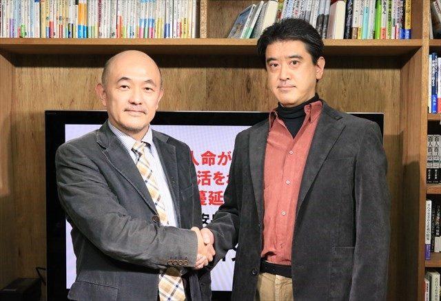 ▲インタビュー終了後に握手を交わすIWJ代表・岩上安身(左)と『日本会議 戦前回帰への情念』著者の山崎雅弘氏