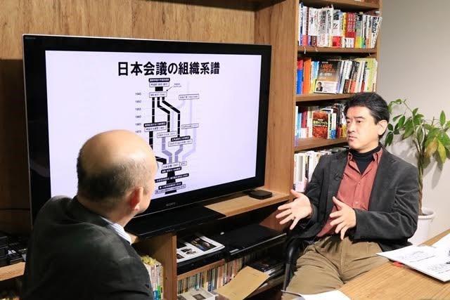 ▲日本会議が誕生するまでの組織系譜を説明する山崎氏(右)