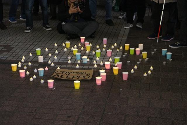▲追悼のためのキャンドル。周囲には、プラカードを掲げる人々が立ち、戦争で亡くなった人たちのためのサイレントアピールをした