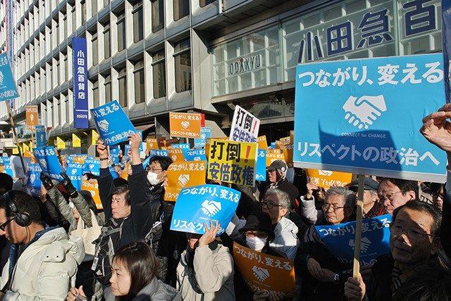 ▲土曜日の午後、新宿駅西口に2500人の聴衆が集まった