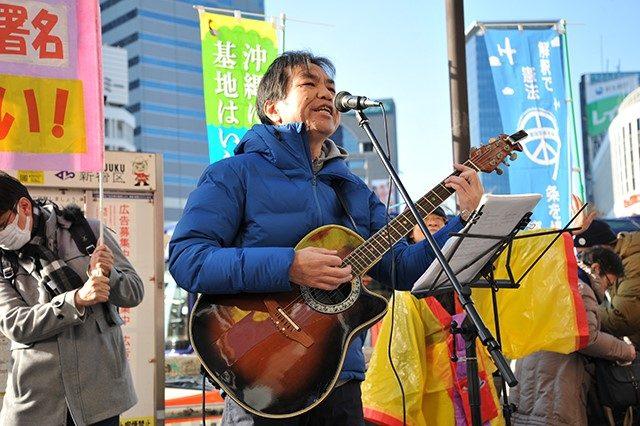 ▲歌を歌い、踊りを踊りながら署名を集める沖縄風街頭宣伝