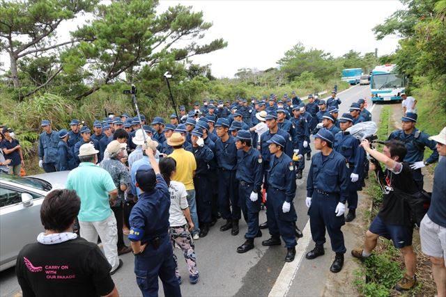 ▲高江の県道70号を封鎖する機動隊(2016年8月9日、IWJ記者撮影)
