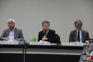 ▲(左から)大政謙次副委員長(東京大学名誉教授)、杉田敦委員長(法政大学教授)、佐藤岩夫幹事(東京大学教授)