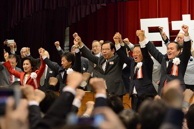 ▲野党共闘を誓い、手をつないで「団結がんばろう」と声を張り上げる党首ら