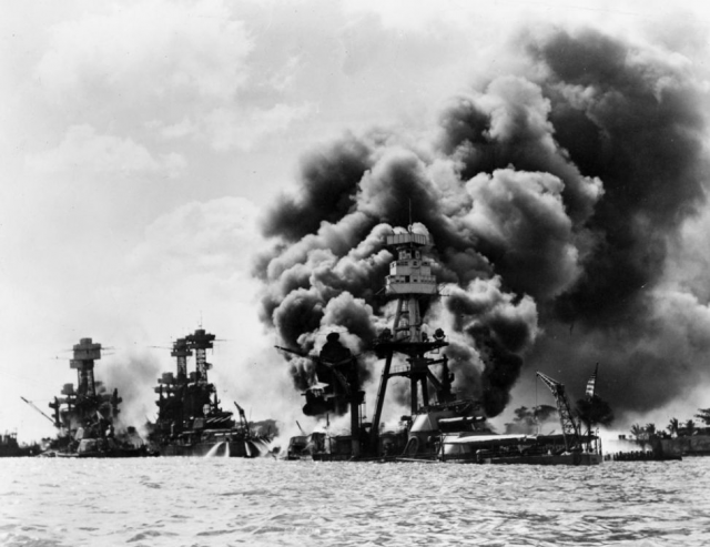 ▲1941年12月8日に行われた真珠湾攻撃の様子。炎上しているのは米戦艦「アリゾナ」(写真:Wikipedia)
