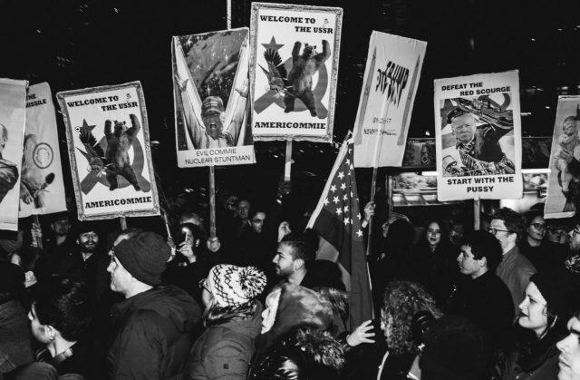 ▲就任式前夜、ニューヨークでの反対デモ(ウィキコモンズより)