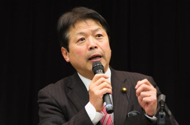 ▲講演する元法務大臣・平岡秀夫氏