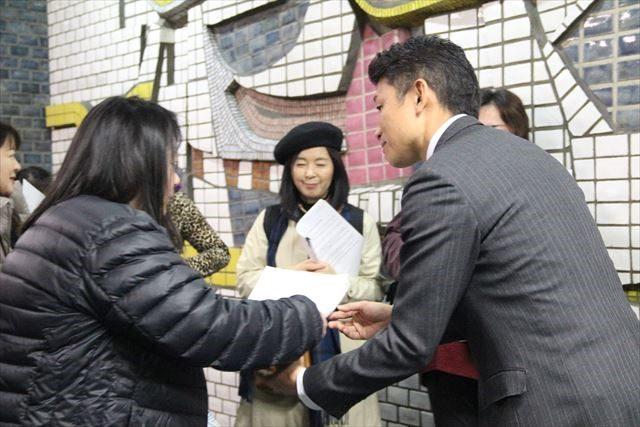 ▲署名と要望書を受け取った横浜市秘書課担当者