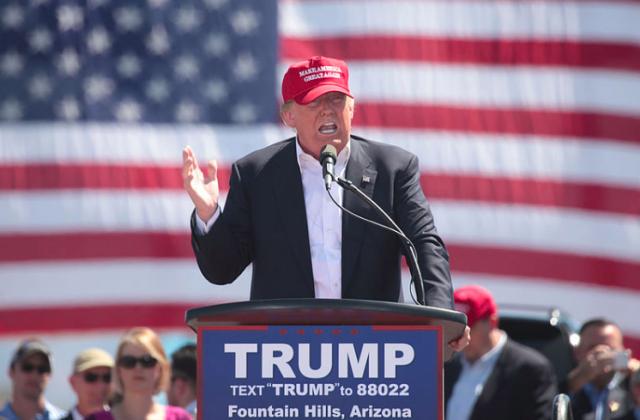 ▲「MAKE AMERICA GREAT AGAIN」と記された帽子をかぶり演説するトランプ氏(出典・Wikimedia Commons)