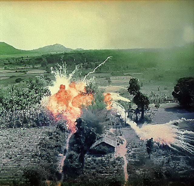 ▲南ベトナム解放戦線の拠点へ投下されたナパーム弾。ベトナム戦争帰還兵でも、深刻なPTSDリスク予備軍は2割にすぎない。沖縄の戦争体験者はその倍である。