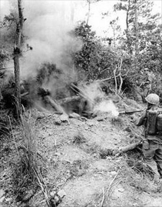 ▲日本軍の潜む洞窟を火炎放射器で攻撃する米兵(ウィキペディアより)
