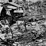 ▲宮森ヘリ墜落事件、1959年(ウィキペディアより)。事故直後から現場は米軍により封鎖され、日本の警察・消防・学校関係者等は立ち入りできなくなった。