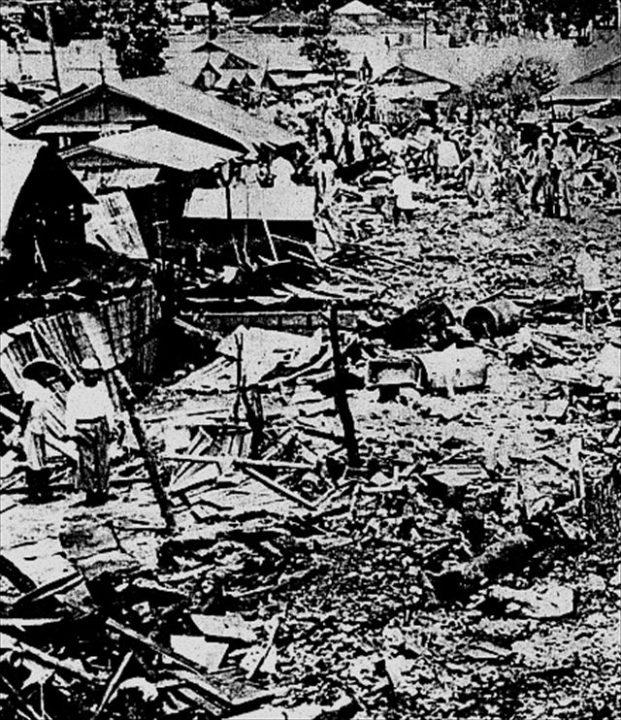 ▲宮森小学校ジェット機墜落事件、1959年(ウィキペディアより)。事故直後から現場は米軍により封鎖され、日本の警察・消防・学校関係者等は立ち入りできなくなった。
