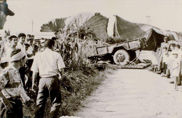 ▲トレーラー落下事件。1965年6月11日、米軍の物資投下演習のトレーラーが集落に落ち、小学生の女児が死亡した事件(読谷村バーチャル平和資料館より転載)
