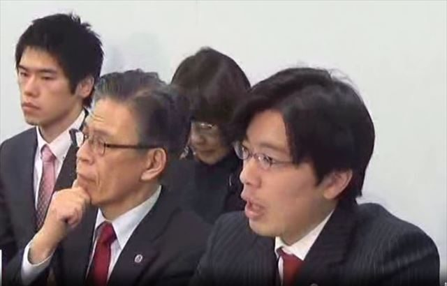 ▲渡辺輝人弁護士(手前右)