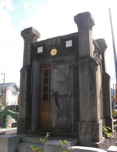 ▲現在の桜川市立真壁小学校にあった奉安殿(出典・Wikipedia)