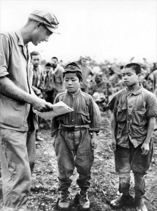 ▲米軍の捕虜となった少年たち。沖縄では徴兵年齢を下げて14歳の少年を召集した(「鉄血勤皇隊」)。身体が小さいのを利用して、爆雷を背負ってキャタピラの間に潜り込んで、轢かれながら爆死する切り込み隊などに使われた(ウィキペディアより)。