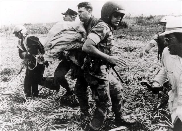 ▲「サトウキビ畑に降下し、急いで退散するグリーンベレー」、1988年(読谷バーチャル平和資料館より転載)白黒だが、比較的最近の写真。